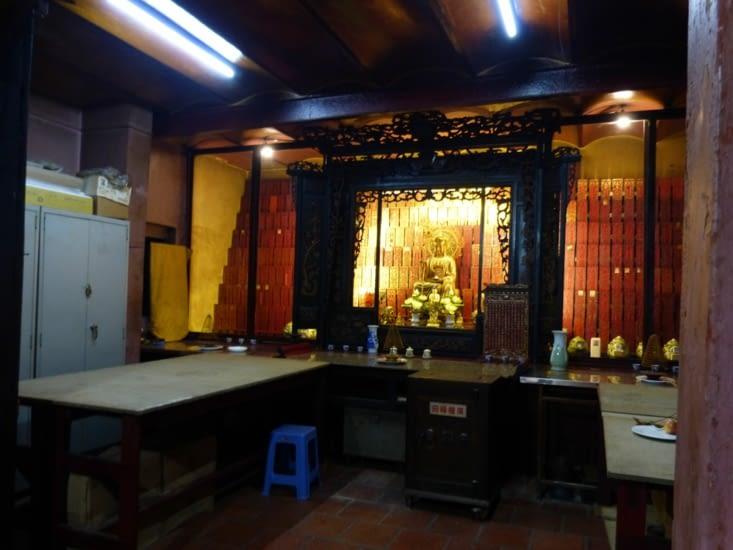 remarquez le coffre-fort devant l'autel