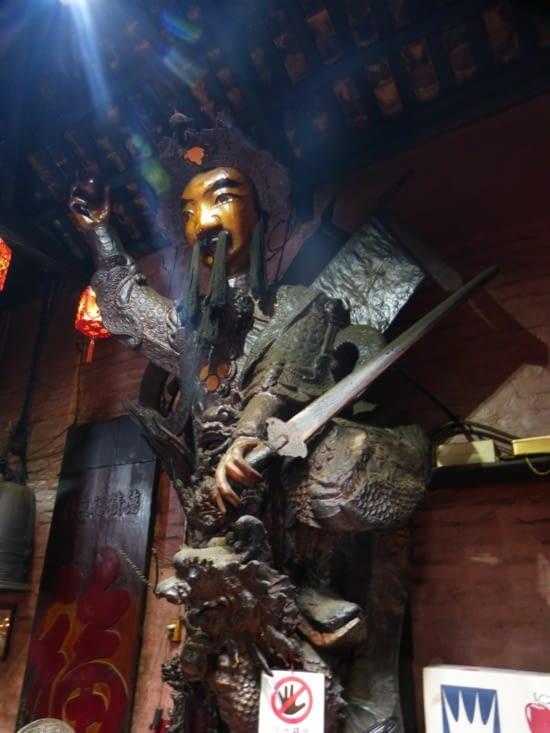 un des gardiens du temple trrassant le dragon