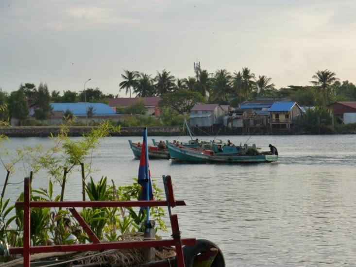 départ des pêcheurs vers la mer à la tombée du jour