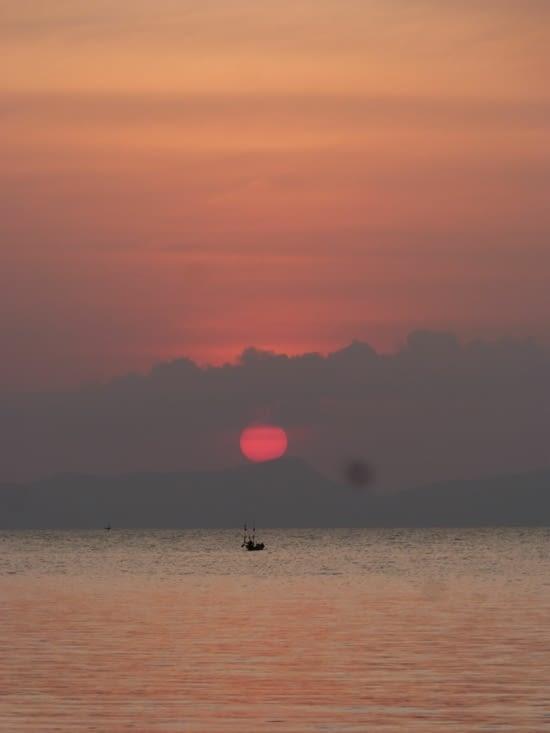 il se couche sur l'îl de Phu Quoc au Vietnam