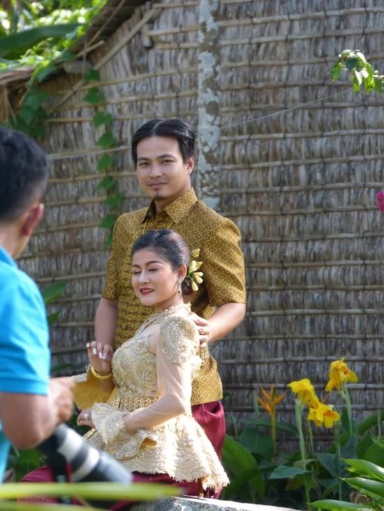 les mariés aussi viennent sur l'île pour leurs photos de mariage en costume traditionnel