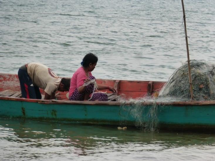 les pêcheurs vérifient les filets au petit matin