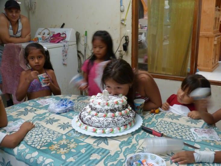 la tradition est de mordre le gâteau sans se faire mettre la tête dedans. Cela demande