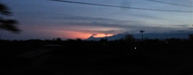 on aperçoit le Sangay (5700m) , volcan en activité mais qu'onvoit peu souvent ainsi car