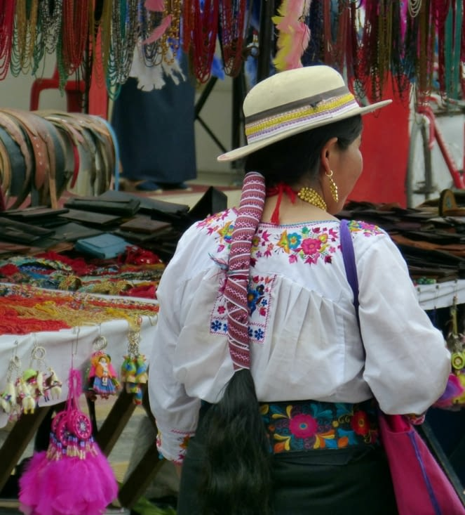 """femme appartenant à une autre ethnie qui me semble être """"canars"""" car le chapeau  leur"""