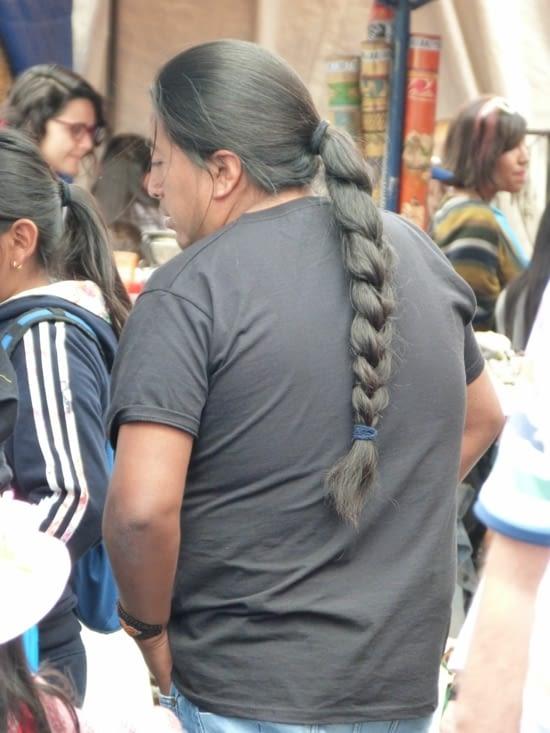 la tresse des hommes est classée au patrimoine du pays. Quand un Otavalo se coupe les che