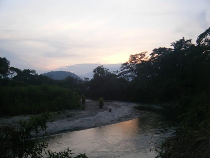 retour à la maison par les sentiers qui longent le fleuve