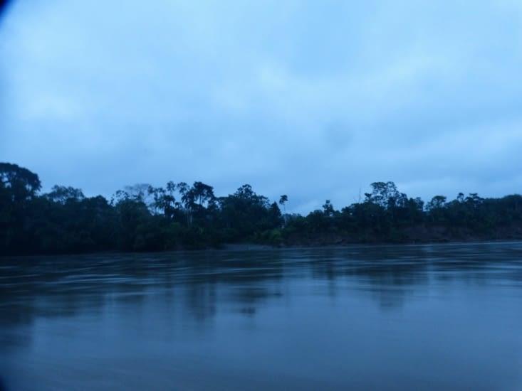 le jour se lève sur le fleuve Napo qui rejoindra l'Amazone plus bas