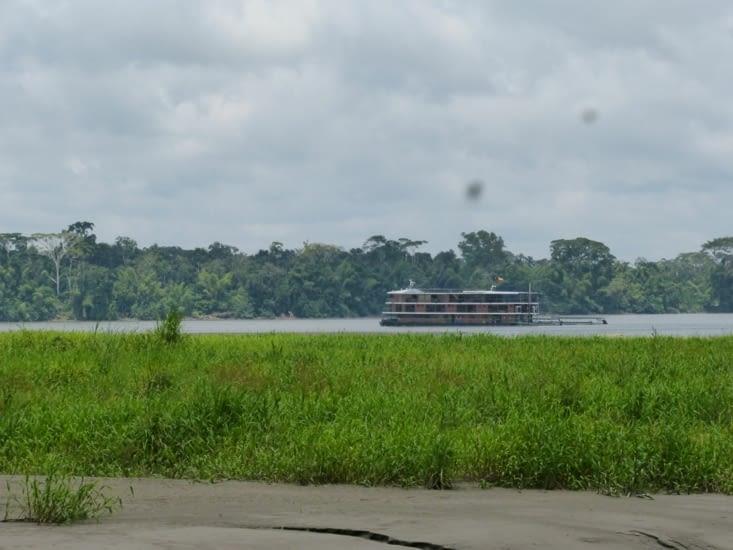 """retour par le fleuve où nous croisons un """"yatch""""qui remonte de l'Amazone.. prix journalier"""