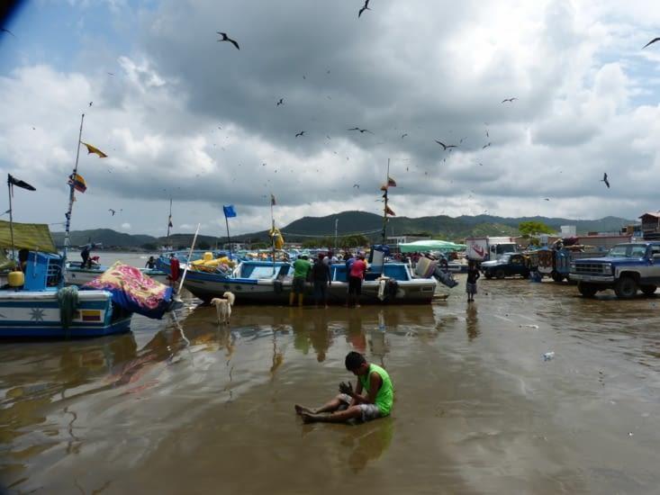 beaucoup d'activité sur la plage au retour des pêcheurs