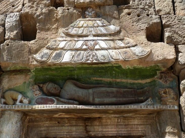 Bouddha couché sur les linteaux