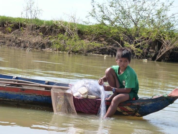 mais ils pêchent aussi avec des filets plus petits;