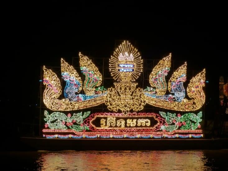 Le soir ,feux d'artifice qui durentle temps d'une parade de bateaux illuminés.