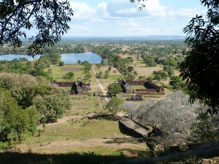 le Vat Phu est le plus ancien temple  du Laos dédié à Shiva . Il s'élève par terrasses;