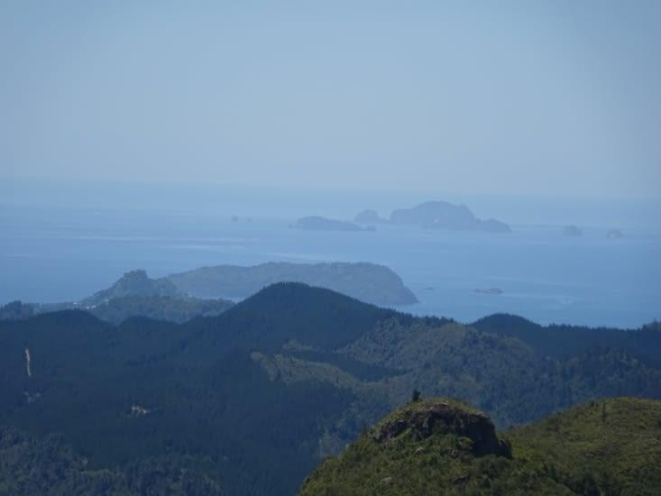 Montagne et océan, encore ! Avec plusieurs îles au loin