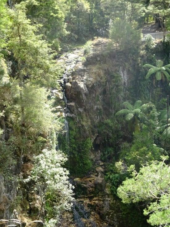 Une cascade sur le chemin