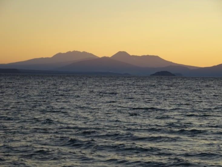 Couché de soleil sur le lac taupo, et vue sur le Tongariro