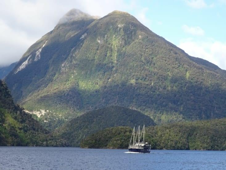 Joli bateau croisé dans les fjords