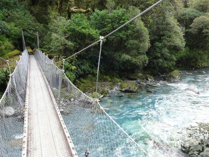 Encore un pont suspendu pour commencer la rando Marian lake