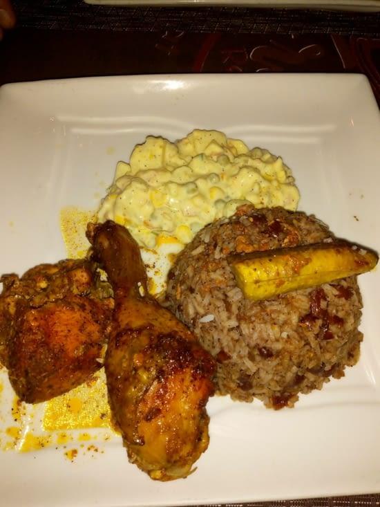 Plat local  ragoût de poulet riz et haricots rouge. Un régal