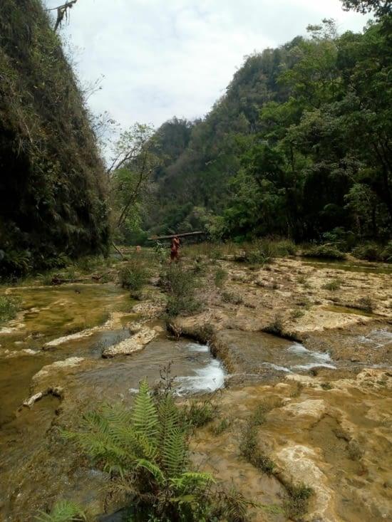 Les locaux récupère le bois de la rivière et les touristes se baignent.