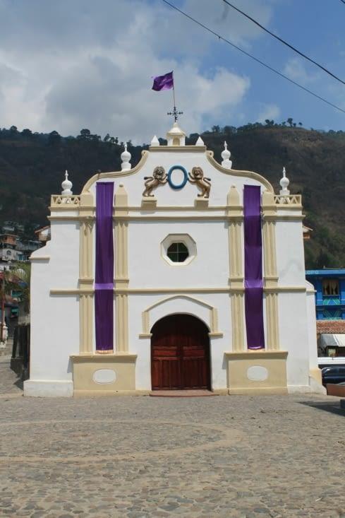 Église en place  centrale  du village