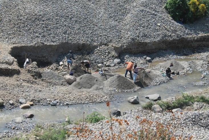 La rivière et les chercheurs de minéraux