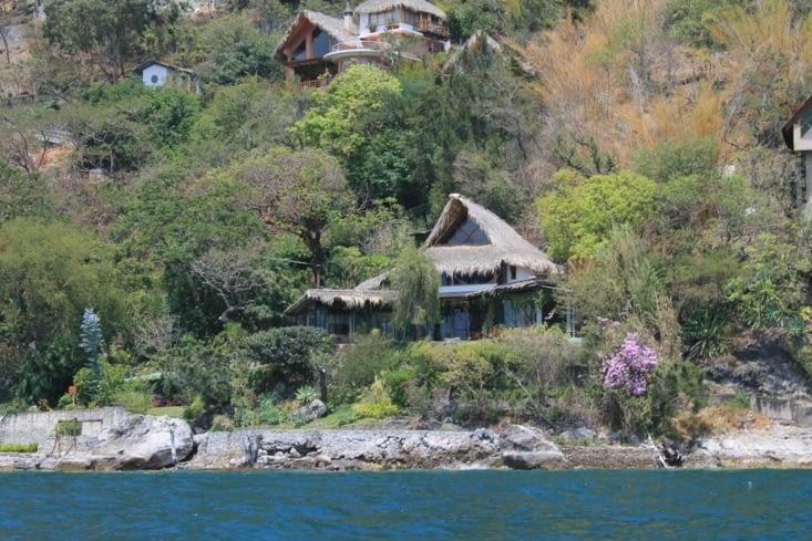Superbes  villas qui se fondent dans le décors sur les rives du lac