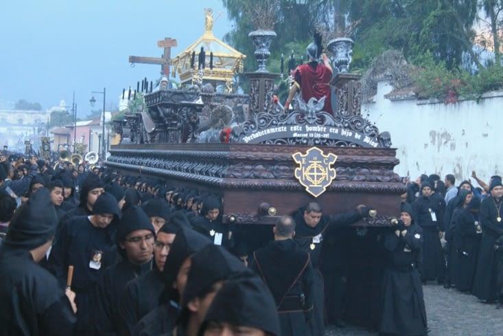 Procession, couleur noir après crucifixion