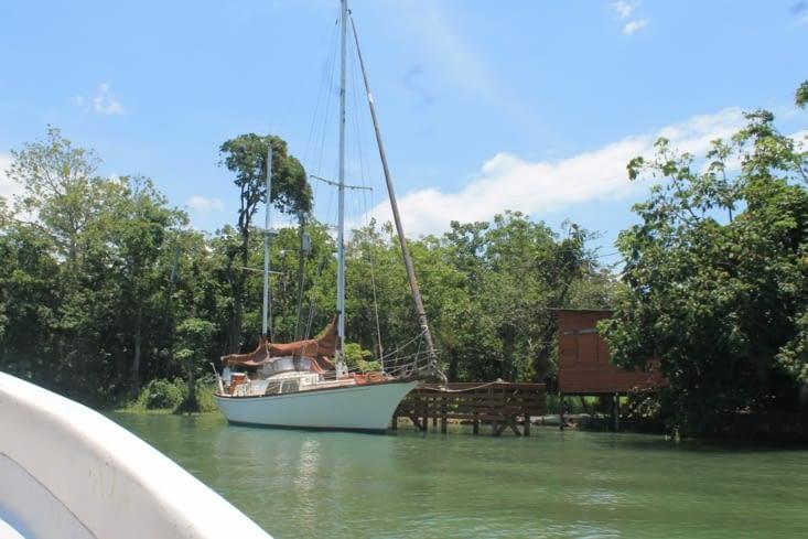 Quelques petits yacht et bateau sont ici à l abri des intempéries