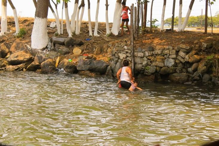 Pendant ce temps-là une petite famille se baigne  pêche et se lave à côté de nous!