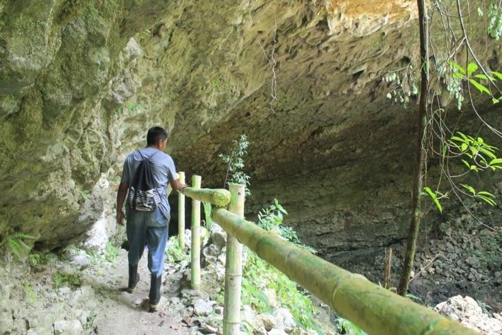 On entre dans la grotte