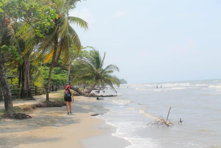 Nous longeons une très  belle plage sauvage