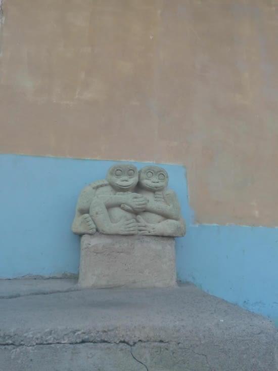Sculptures entrée d'une rue