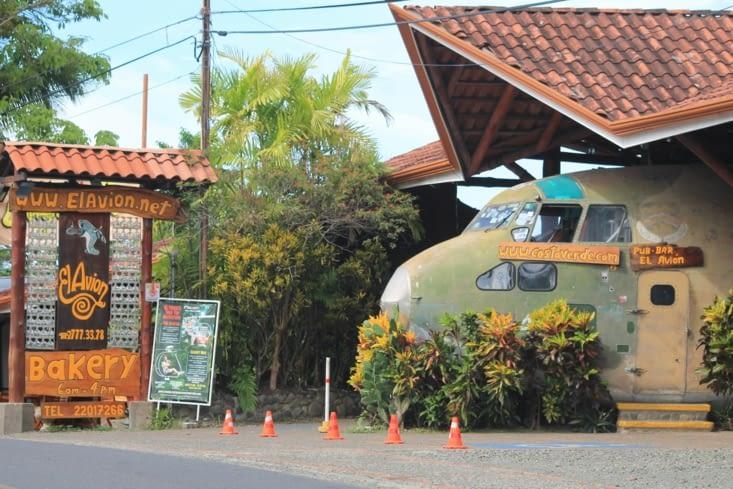 Avion militaire aménagé en bar pub