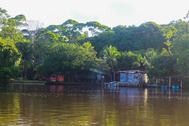 Village bord de fleuve