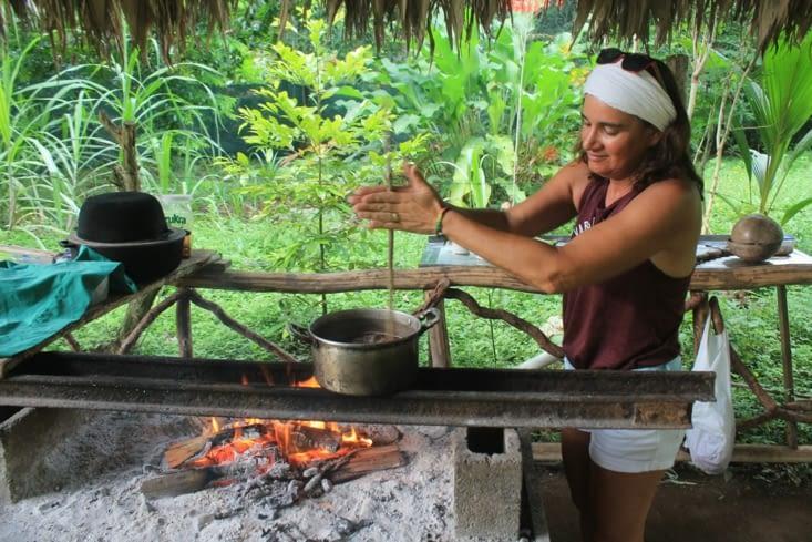 Maintenant il faut mélanger la pâte cacao avec la préparation eau cannelle etc..