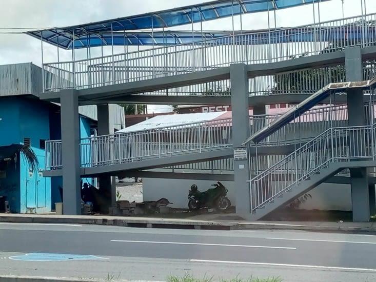 Sur la panamerica, des hamacs suspendus sous un pont