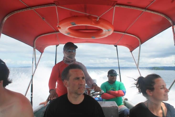 Le capitaine, son second, et les autres plongeurs