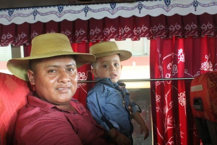 Un. Papa et son fils ultra fier de prendre la pose