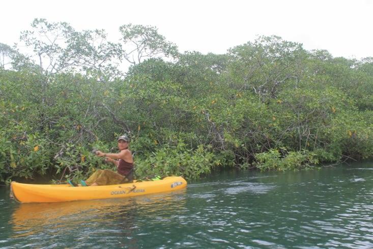 Nat une nouvelle expérience faire du kayak sous un orage