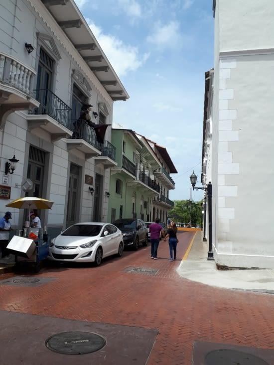 Rue de notre hostal, bâtiment vert