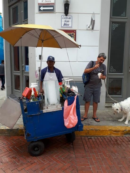 Un vendeur  de glace pillée aromatisé au sirop de ton choix