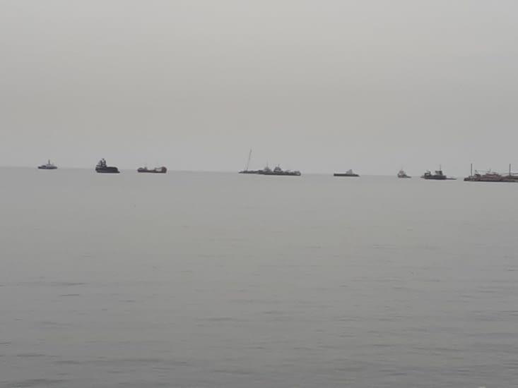 Les navires queue à  queue pour franchir le canal