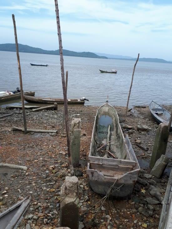 Une barque traditionnelle faite d'un seul tronc d'arbre