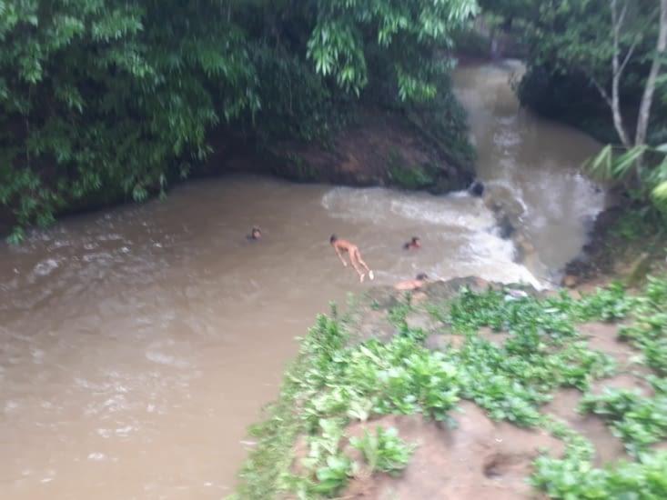 La piscine naturelle, couleur  marron à cause des pluies