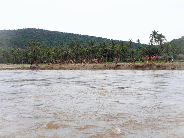 Les femmes du village nettoient la plage