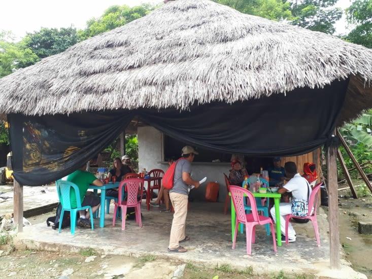 Premier  déjeuner dans une gargote locale, cuisine caribéenne excellente
