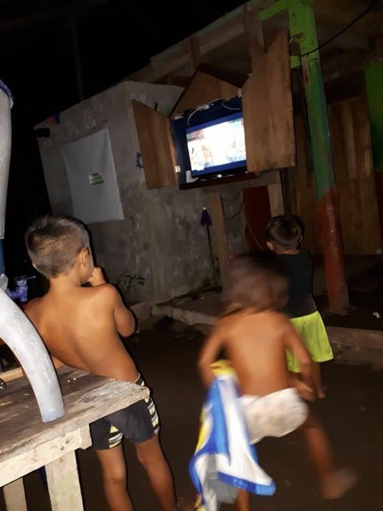 Clin d'œil à la modernité, chez Natcho, il y a une télévision sous clefs