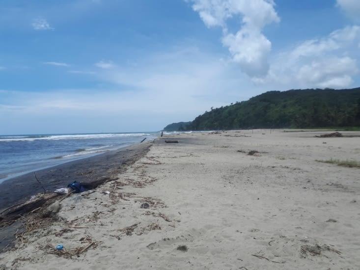 La plage  côté village nettoyée et entretenue par les femmes du village